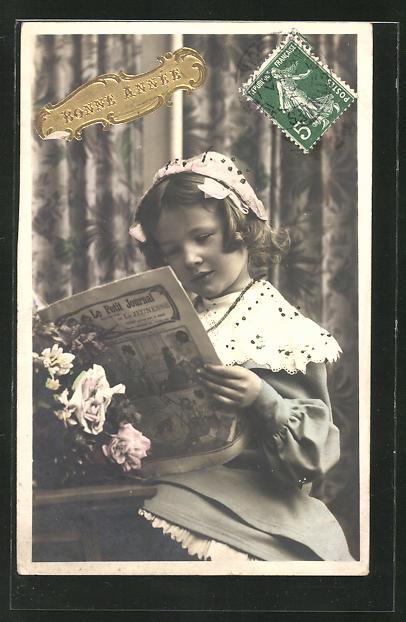 AK Mädchen in toller Kleidung liest in einer Zeitung