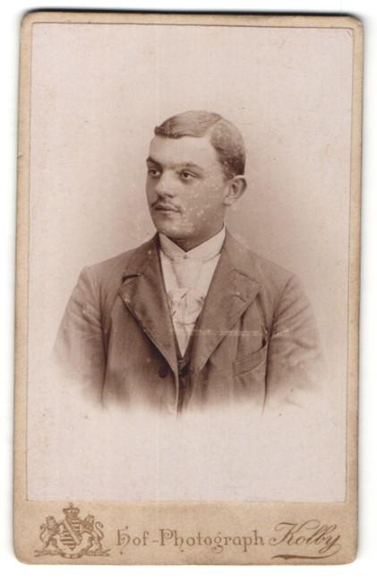 Fotografie Kolby, Chemnitz, Portrait junger Mann im Anzug mit Krawatte