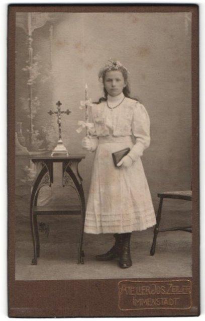 Fotografie Jos. Zeiler, Immenstadt, Portrait hübsches junges Mädchen im weissen Kleid mit Buch und Kerze zur Konfirmation