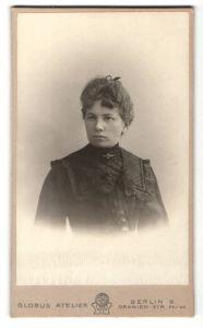 Fotografie Atelier Globus, Berlin, Portrait brünette Schönheit mit Haarschleife in elegant bestickter Bluse
