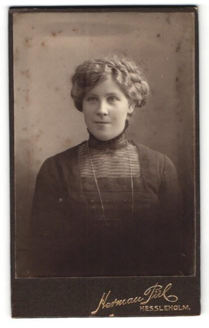 Fotografie Herman Pül, Hessleholm, Portrait charmant lächelndes Fräulein in eleganter Bluse und Kette