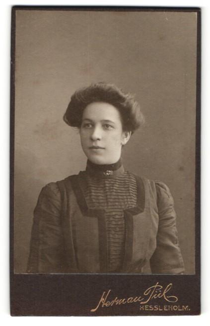 Fotografie Herman Pül, Hessleholm, charmant blickende junge Dame in eleganter Rüschenbluse