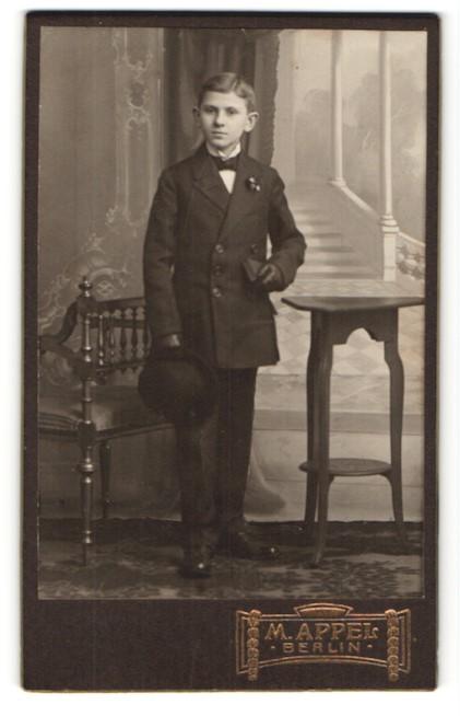 Fotografie M. Appel, Berlin, hübscher Knabe im eleganten Anzug mit Buch und Melonen-Hut