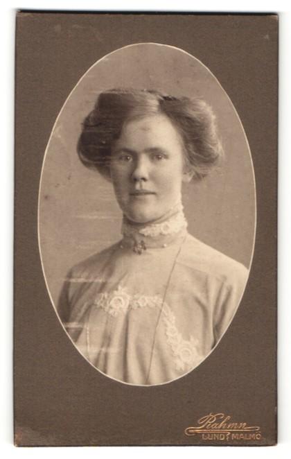 Fotografie Rahmn, Lund, Junge Frau mit zeitgenössischer Frisur