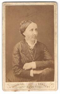 Fotografie H. Thysenius, Ronneby, Portrait Frau mit Brosche am Kleid