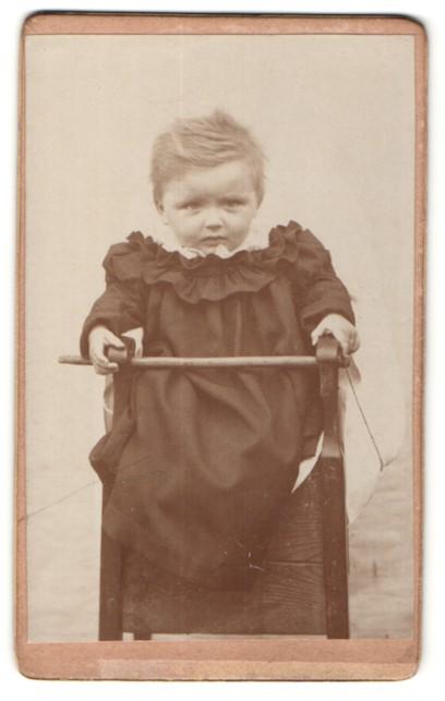 Fotografie Fotograf und Ort unbekannt, Kleinkind im Kindersitz
