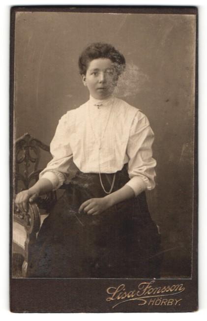 Fotografie Lisa Jonsson, Hörby, Junge Frau in weisser Bluse
