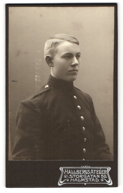 Fotografie Hallbergs Atelier, Halmstad, Portrait junger Soldat in Uniform