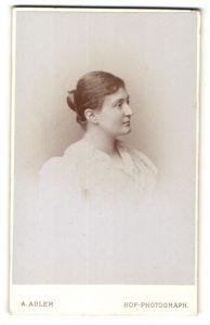 Fotografie A. Adler, Dresden, Profil-Portrait einer Frau in weisser Bluse