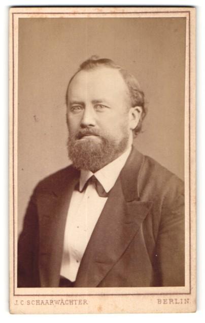 Fotografie J. C. Schaarwächter, Berlin, Portrait eleganter Bürgerlicher mit Vollbart