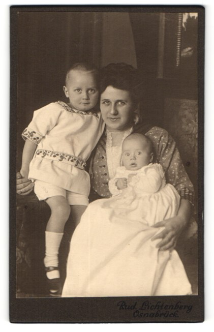 Fotografie Rud. Lichtenberg, Osnabrück, Mutter mit ihren Kindern