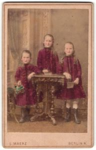 Fotografie L. Maerz, Berlin N., Portrait dreier Schwestern in roten Kleidern