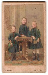 Fotografie L. Maerz, Berlin N., Portrait dreier Schwestern in blauen Kleidern