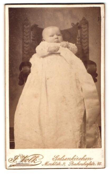 Fotografie J. Volk, Gelsenkirchen, zuckersüsses Baby im weissen Kleidchen