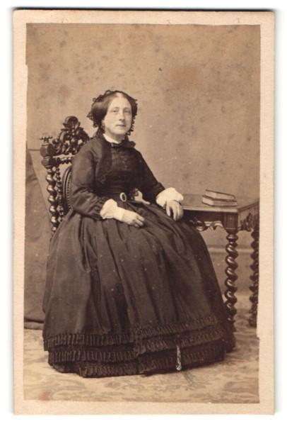 Fotografie Bailly & Maurice, Tours, charmant blickende junge Dame im schwarzen Kleid mit Rüschen