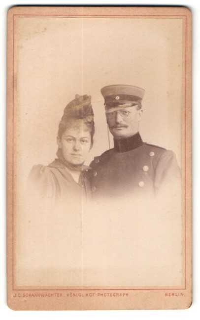 Fotografie J. C. Schaarwächter, Berlin, Portrait Soldat mit seiner Frau