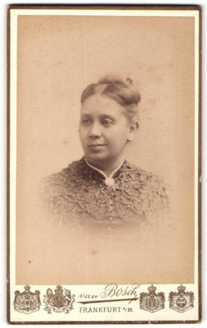 Fotografie van Bosch, Frankfurt a. M., Portrait junge hübsche dame in edler Bluse