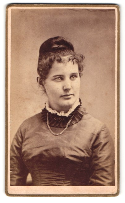Fotografie Atelier Hill, Elizabeth, NJ, Portrait hübsche Dame mit Kette und Hochsteckfrisur