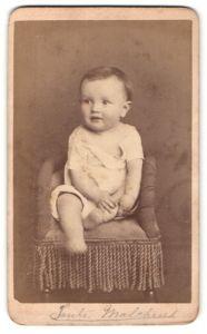 Fotografie Louis Nagel, Hoboken, NJ, Portrait niedliches Kleinkind auf einem Sessel