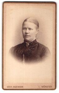 Fotografie Gebr. Hagemann, Münster, Portrait Dame mit streng gescheiteltem Haar und Brosche