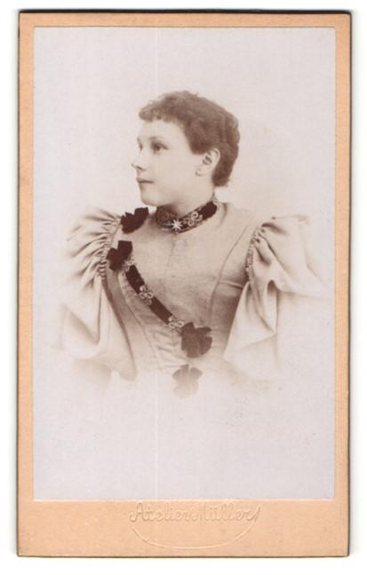 Fotografie Atelier Müller, Ort unbekannt, Portrait hübsche junge Dame im edlen Kleid