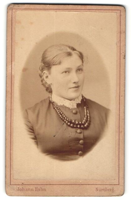 Fotografie Johann Hahn, Nürnberg, Portrait hübsche junge Frau mit Perlenklette