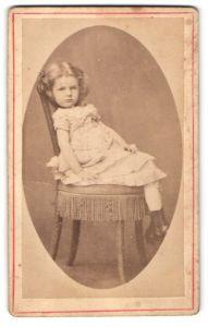 Fotografie R. Böckelmann, Herford, Portrait bockiges Mädchen auf einem Stuhl