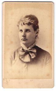 Fotografie Dana, New York, Portrait junge Frau mit Kragenschleife