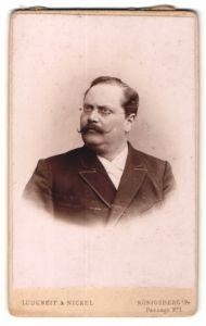 Fotografie Ludeneit & Nickel, Königsberg i. Pr., Portrait Herr im Anzug mit Zwirbelbart