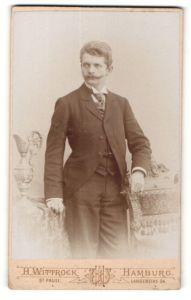 Fotografie H. Wittrock, Hamburg, Portrait eleganter Herr im Anzug mit Schnauzbart