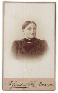 Fotografie A. Jandorf, Berlin, Portrait bürgerliche Dame mit Brosche