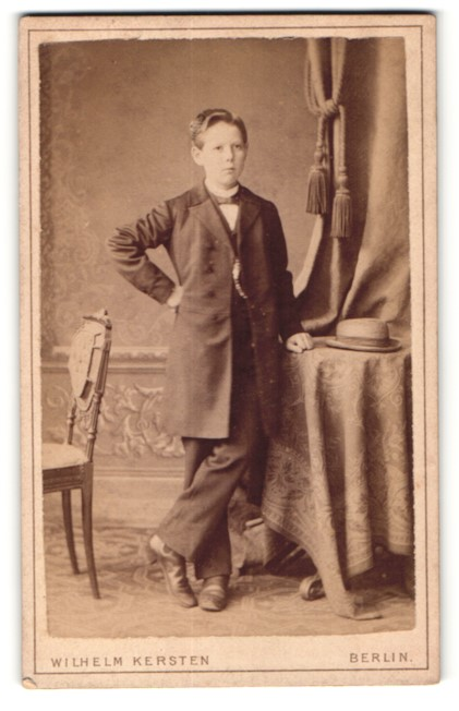 Fotografie Wilhelm Kersten, Berlin, Ganzkörperportrait Knabe in festlicher Kleidung
