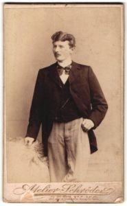 Fotografie Atelier Schröder, Berlin, Portrait eleganter Herr im Anzug mit Krawattenschleife