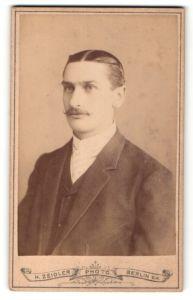 Fotografie H. Zeidler, Berlin, Portrait eleganter junger Herr mit Schnurrbart