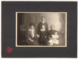 Fotografie Atelier Oberpollinger, München, Familie wohl gekleidet im Foto-Atelier