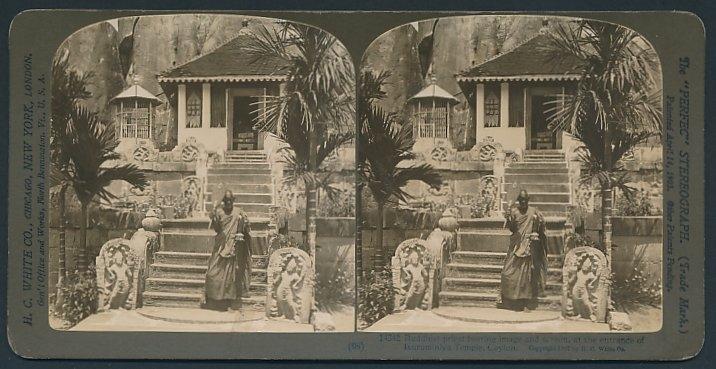Stereo-Fotografie H.C. White, New York, Ansicht Isurumuniya, buddhistischer Priester vor dem Tempel