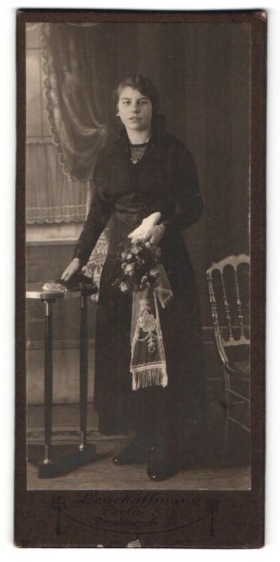 Fotografie Leo Hoffmann, Berlin, dunkelhaariges hübsches Fräulein mit Blumenstrauss und Buch
