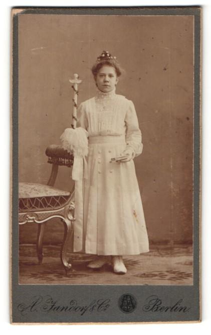 Fotografie A. Jandorf & Co, Berlin, hübsches Mädchen mit Kerze, Buch und Haarschmuck zur Konfirmation