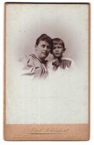 Fotografie Paul Schückert, Berlin -Charlottenburg, Portrait schöne brünette junger Mutter mit frechem Buben