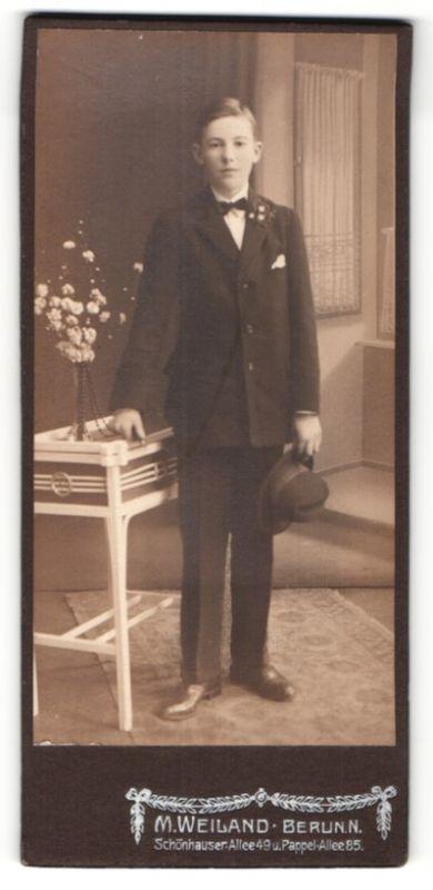 Fotografie M. Weiland, Berlin, hübscher Knabe mit Hut und Ansteckblume im eleganten Anzug