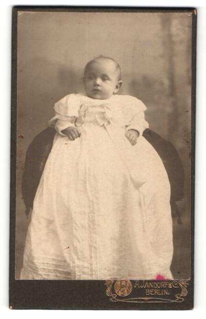 Fotografie A. Jandorf & Co, Berlin, zuckersüsses Baby im weissen Kleidchen mit Schleifen