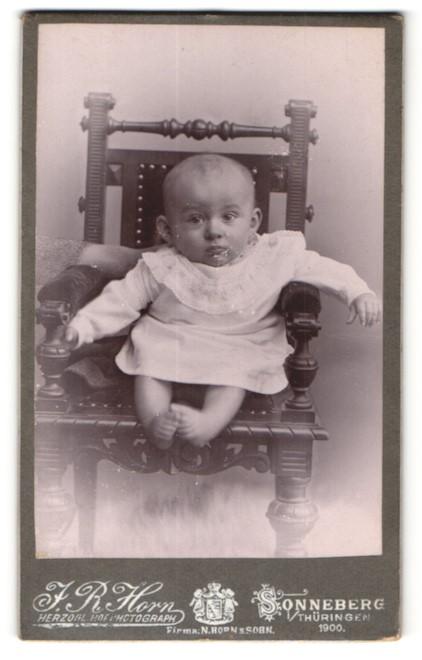 Fotografie J. R. Horn, Sonneberg / Thür., zuckersüsses Baby mit nackten Füssen im weissen Kleidchen