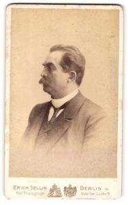 Fotografie Erich Sellin, Berlin, Portrait eleganter Herr im Anzug mit Schnauzbart