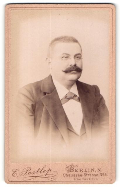 Fotografie E. Postlep, Berlin, Portrait bürgerlicher Herr im Anug mit Schnauzbart