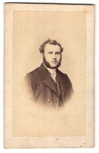 Fotografie Julius Zschille, Berlin, Portrait eleganter junger Herr mit Backenbart