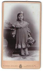 Fotografie Globus Atelier, Berlin, Portrait niedliches kleines Mädchen mit Haarschleife und Blumenstrauss