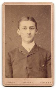 Fotografie J. Baruch, Berlin, Portrait junger Mann im Anzug