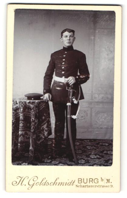 Fotografie H. Goldschmidt, Burg, dunkelhaariger junger Soldat mit Schirmmütze und Bajonett in Uniform