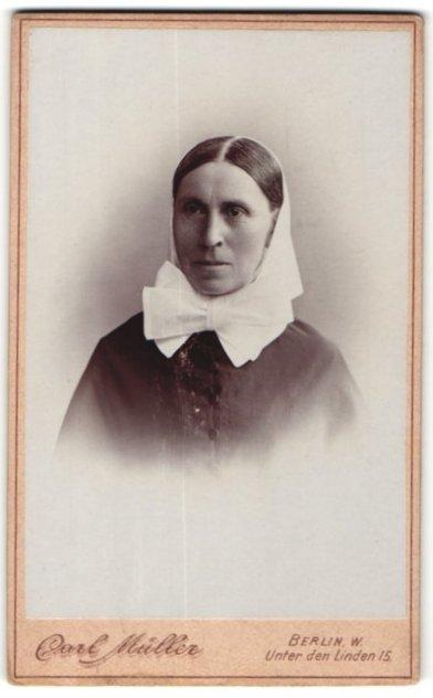 Fotografie Carl Müller, Berlin, Portrait charmante ältere Dame mit Kopftuch im schwarzen Kleid