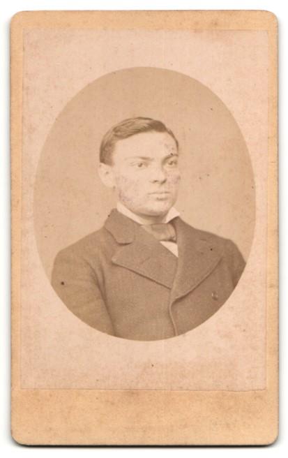 Fotografie Fotograf & Ort unbekannt, Portrait junger hübscher Mann mit Fliege im eleganten Jackett